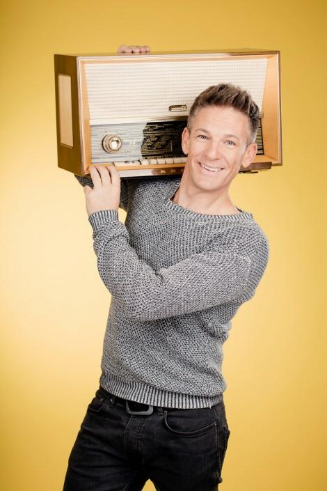 Andi Knoll mit altem Radio
