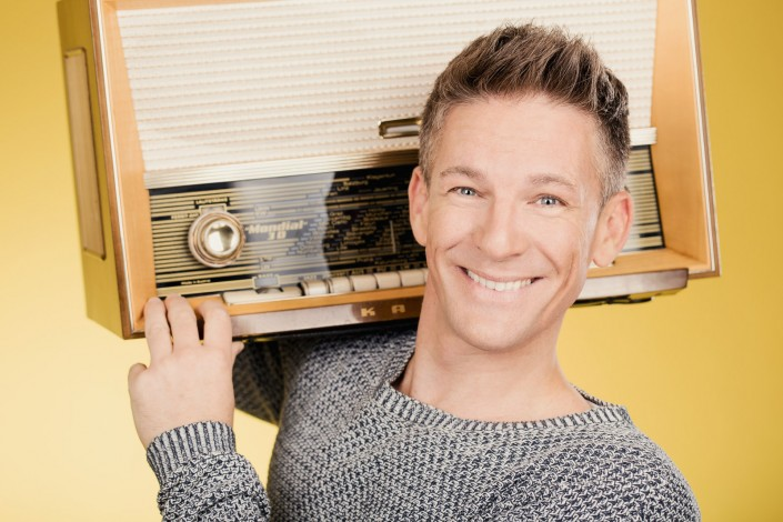 Andi Knoll Portrait mit altem Radio
