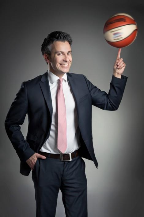 Kurt Hohensinner - mit Basketball
