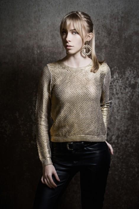 Anna mit goldenem Pullover