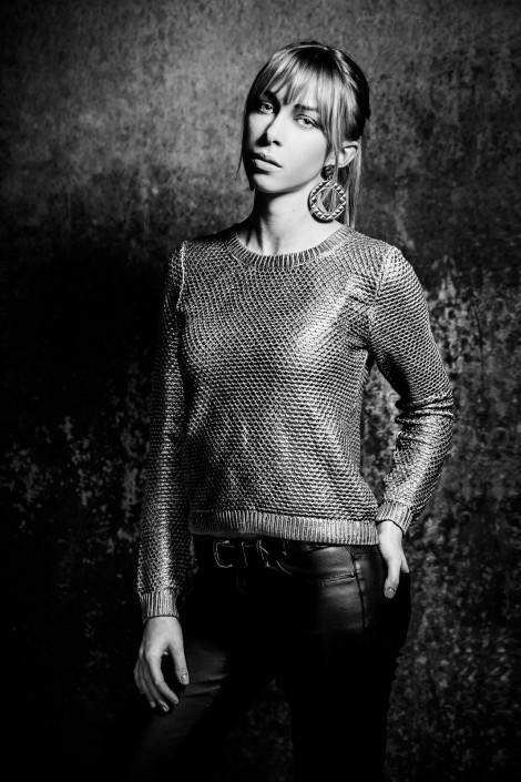 Anna mit goldenem Pullover in schwarz weiss