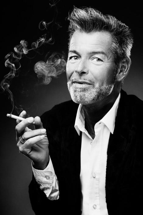 Gebhard Lichtenegger zieht an einer Zigarette