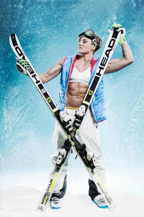 Herta mit gekreuzten Skiern