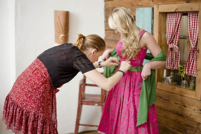 Miriam richtet die Schleife bei Stefanie Strommer