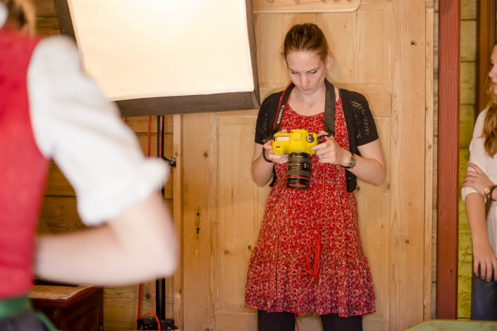 Making Of Bild - Miriam beim Kontrollieren