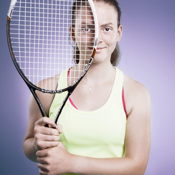 Sarah Primik schaut durch den Tennisschläger