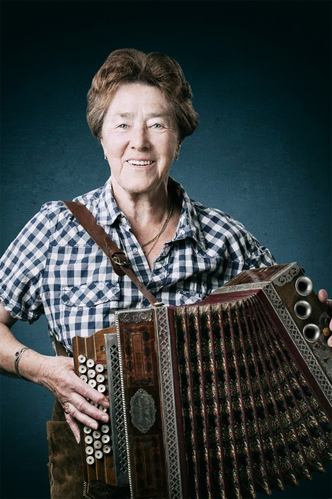 Grete Vogrincic mit Harmonika