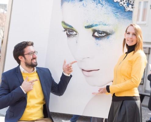 Miriam Primik vor dem Exponat mit Anna-Maria Engelschall als Model